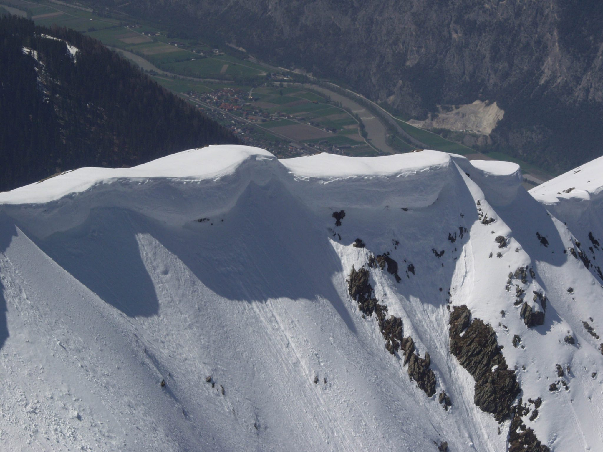 Glossary Cornice, overhanging mass of snow © LWD Tirol | EAWS European Avalanche Warning Services
